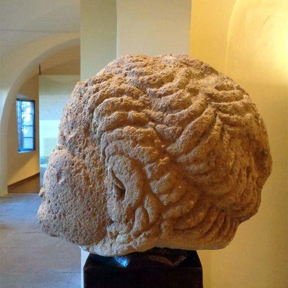 5. La testa in pietra lavica