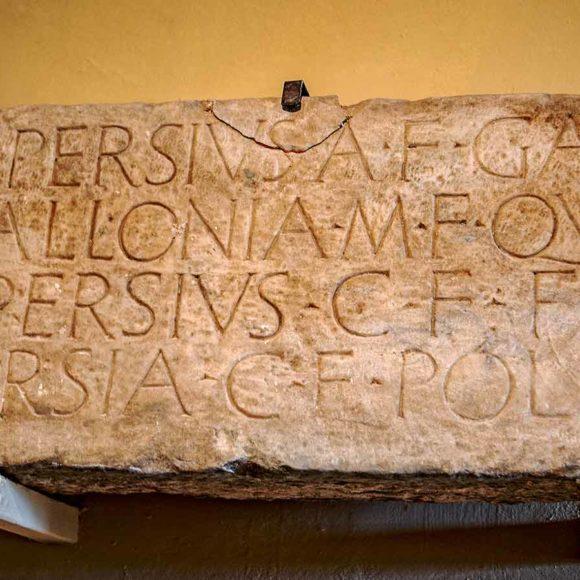 7. L'ara con iscrizione etrusca
