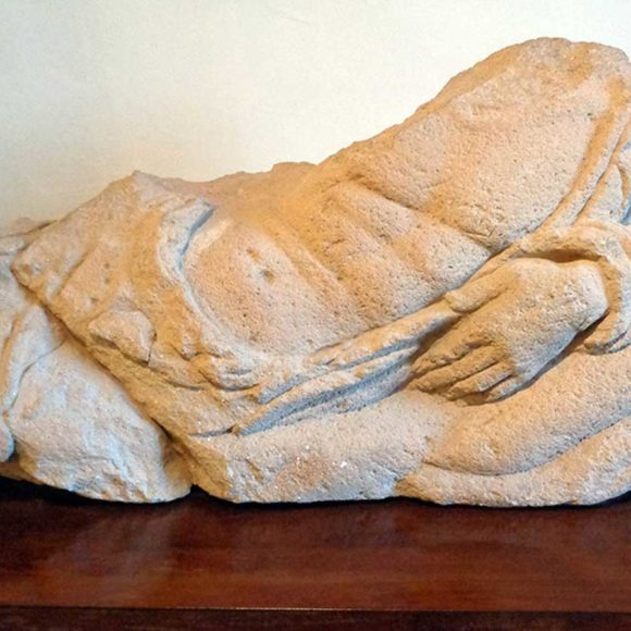 4. Il sarcofago scolpito con il defunto sdraiato